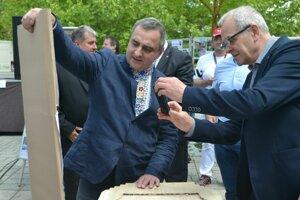 Prezentácia netradičných drevených náhrobníkov návštevníkov Haliče zaujala.