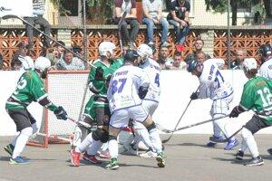 Oravec (v bielom) vpravo poslal Pov. Bystricu gólom v závere do predĺženia.