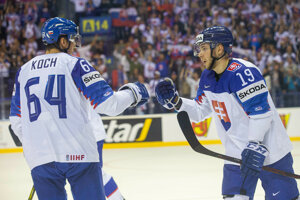 Matúš Sukeľ (vpravo) a Patrik Koch v zápase Slovensko - Veľká Británia na MS v hokeji 2019.