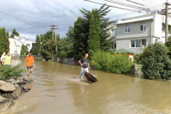 Pri odčerpávaní vody z pivníc, odstraňovaní prekážok či tvorbe povodňových bariér zasahovali hasiči spolu 26-krát.