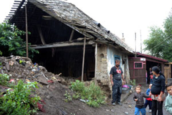 Dve rómske rodiny skončili pre zvalené časti stien domov na ulici.