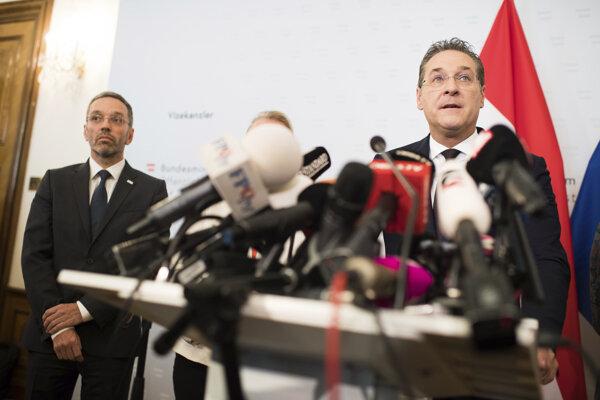 Škandál Heinza-Christiana Stracheho položil rakúsku vládu.