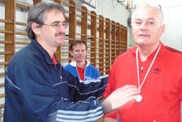 Ondrej Garaj (v pravo) si vypracoval osembodový náskok pred druhým Jánom Törökom a tretím juniorom Máriom Šnúrikom.