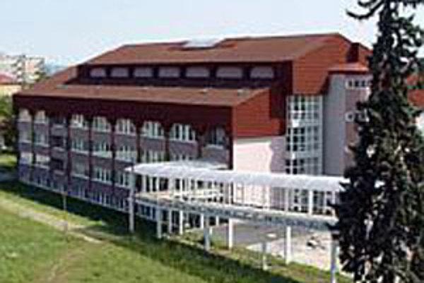 V Rimavskej Sobote sa v rozostavanom b-pavilóne pôvodne počítalo s chirurgickým oddelením, RTG, laboratóriami, rehabilitačným bazénom a operačnými sálami.
