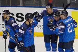 Fínski hokejisti sa radujú po jednom z gólov.