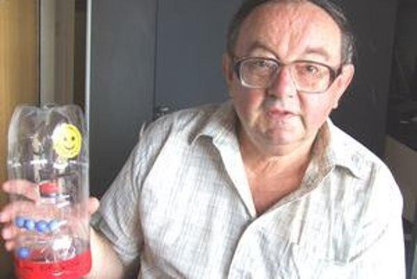 Na výrobu najnovšej hry z dielne Jána Ridega stačia dve plastové fľaše, lepiaca páska a guličky.