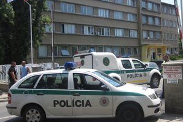 Areál lučeneckej nemocnice bol na poludnie 1.júla pod drobnohľadom polície.