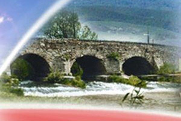 Starý kamenný most s troma oblúkmi pochádza z obdobia tureckej nadvlády v rokoch 1554 až 1593.