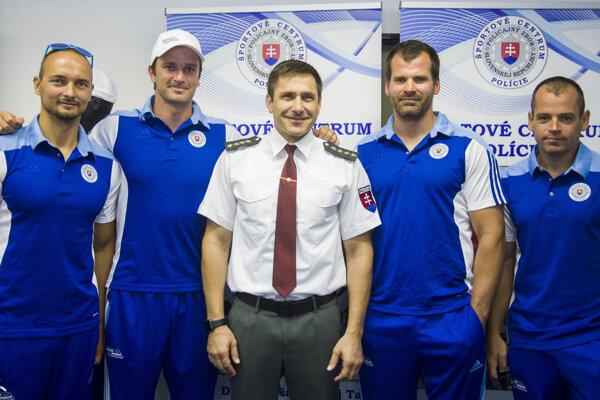 Športovec, tréner, riaditeľ - Juraj Minčík (v strede).