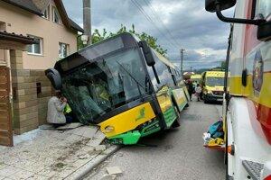 V žilinskej mestskej časti Zádubnie havaroval autobus so 40 cestujúcimi.