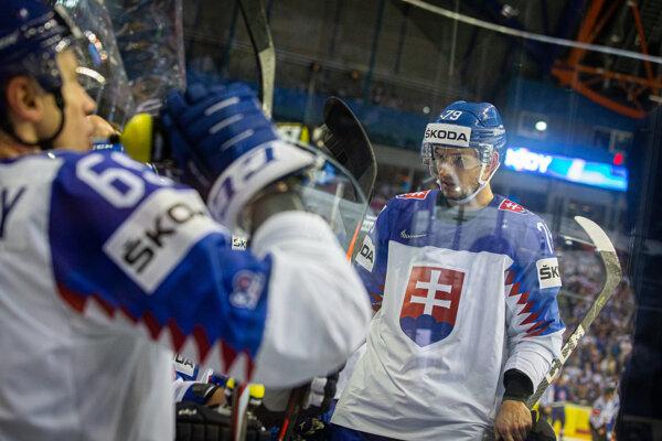 Libor Hudáček (vpravo) počas zápasu Slovensko - Veľká Británia na MS v hokeji 2019.