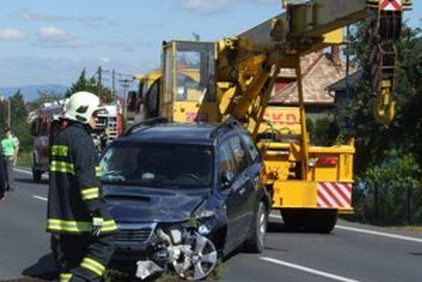 Vodiča z havarovaného auta previezli zdravotníci na vyšetrenie do lučeneckej nemocnice.