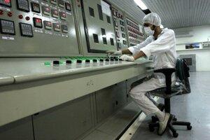Na archívnej snímke z 3. februára 2007 pracovník komplexu na konverziu uránu u pri meste Isfahán.