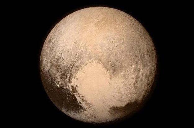 Najaktuálnejší záber bývalej planéty Pluto. Vznikol len niekoľko hodín pred maximálnym priblížením sondy New Horizons.