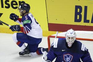 Ben Davies (vľavo) oslavuje rozhodujúci gól v zápase Francúzsko - Veľká Británia na MS v hokeji 2019.