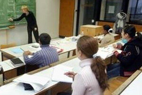 Odchod študentov zo školy po ukončení povinnej desaťročnej školskej dochádzky potvrdili riaditelia dvoch odborných škôl v Rimavskej Sobote.