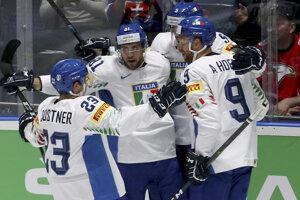 Hokejisti Talianska oslavujú víťazstvo v zápase Rakúsko - Taliansko na MS v hokeji 2019.
