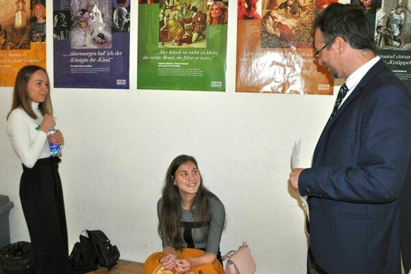 Maturantky Eliška Zrnčíková (vľavo) a Dominika Teličáková si chvíľu čakania pred vstupom do triedy skrátili rozhovorom s riaditeľom gymnázia Petrom Strežom.