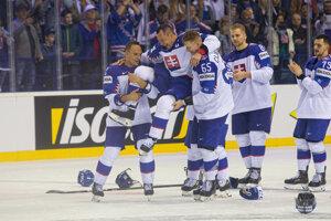 Slovenskí hokejisti dvíhajú do vzduchu Ladislava Nagya počas jeho rozlúčky po zápase Slovensko - Dánsko na MS v hokeji 2019.