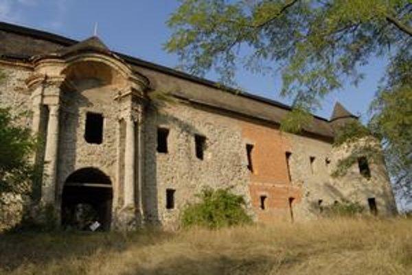 Chátrajúci renesančný kaštieľ v Ožďanoch. Od roku 2002 sa na ňom nič neurobilo. Súrne potrebuje vymeniť strechu a krov.