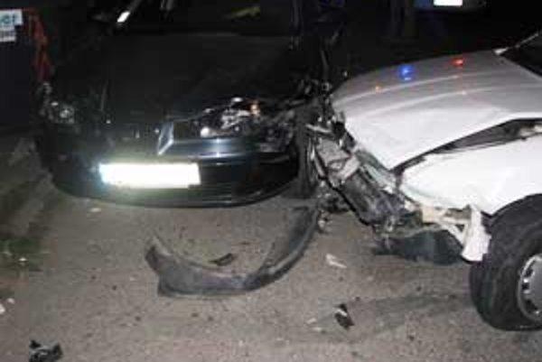 Vodič postupne narazil do piatich za sebou stojacich osobných motorových vozidiel.