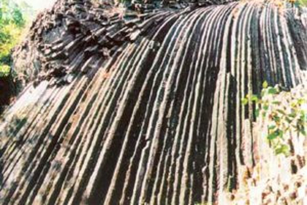 Turisti nájdu v Novohrade veľa jedinečných prírodných útvarov. Medzi nimi je i unikátny bazaltový kamenný vodopád pri zrúcanine hradu Šomoška.