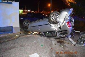 Oslava maturít sa skončila v aute prevrátenom na streche.