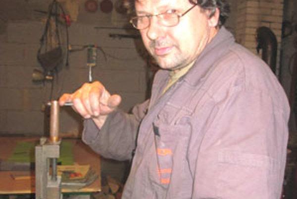 Majster sa musí vyznať v oceli, musí si vedieť navrhnúť tvar čepele a zladiť s ňou rukoväť.