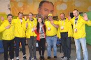 Partia dobrovoľníkov zo sektoru logistiky. V strede koordinátorka dobrovoľníkov Chelsea Jeanette Kubek.
