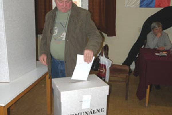 Podľa členov volebnej komisie je účasť okolo 40 percent.
