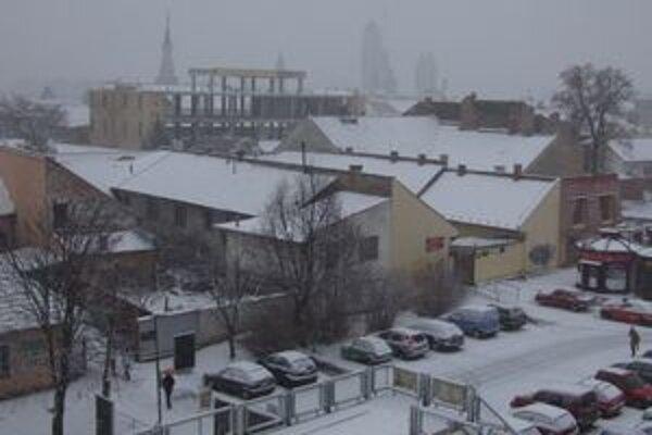 V Lučenci sneží.