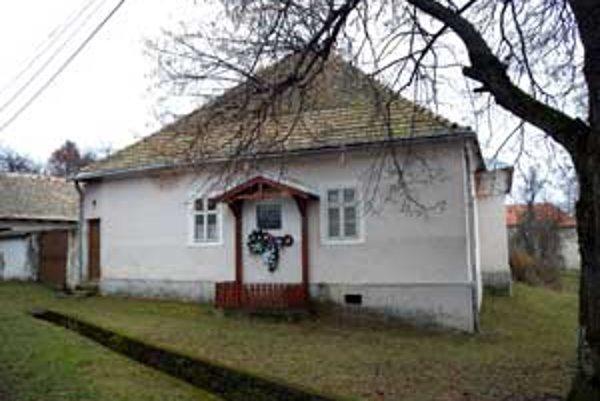 Chátrajúci rodný dom významnej spisovateľky Boženy Slančíkovej Timravy v Polichne v okrese Lučenec.