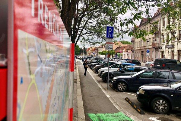 Palackého ulica v Trenčíne. Parkovanie na nej môže zdražieť dvojnásobne.