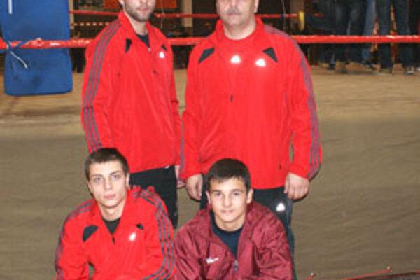 Vrchný rad zľava: Peter DUDO Baláž, Peter Baláž (tréner). Spodný rad zľava: Patrik Baláž, Tomáš Bášti.