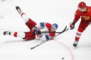 Český reprezentant Dmitrij Jaškin padá v súboji s ruským obrancom Dmitrim Orlovom.