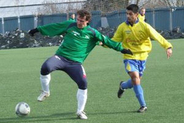 Bývalý kapitán LAFC Lučenec Tomáš Boháčik (vľavo) vo farbách Ružinej, v dnešnom priateľskom stretnutí s tímom FTC Fiľakovo.