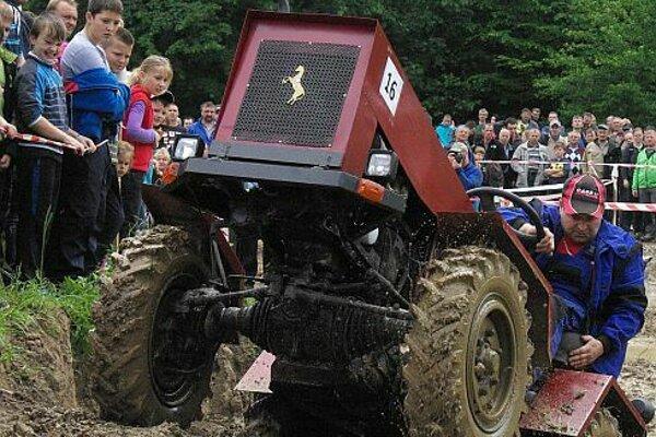 Trať v Hornej Marikovej dokonale preverí traktory aj jazdcov. Nie je to žiadna zábavka.