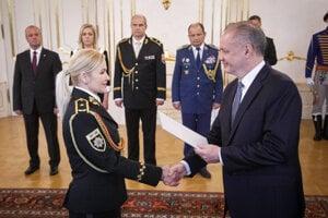 Prezident SR Andrej Kiska a plukovníčka Jana Maškarová počas menovania generálov.