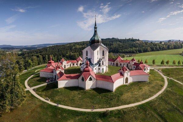 Kostol sv. Jána Nepomuckého na Zelenej hore v Žďári nad Sázavou. Pôdorys kostola je v tvare päťcípej hviezdy, kostol má päť východov, päť oltárnych výklenkov, dvakrát päť kaplniek a na hlavnom oltári je päť hviezd a päť anjelov.