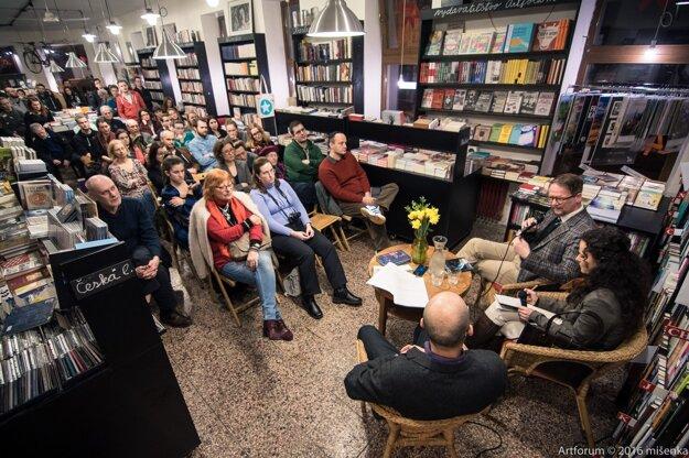 Sjón na stretnutí so slovenskými fanúšikmi v bratislavskom kníhkupectve Artforum.