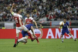 Olivier Giroud hlavičkuje za chrbát Petra Čecha a dáva úvodný gól finále.