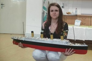 Dada Helíková s maketou lode Titanic.