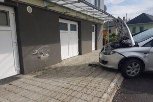 Auto poškodilo fasádu budovy obecného úradu.
