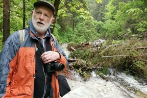 Július Jakubec pri popadaných stromoch v Suchej Belej.