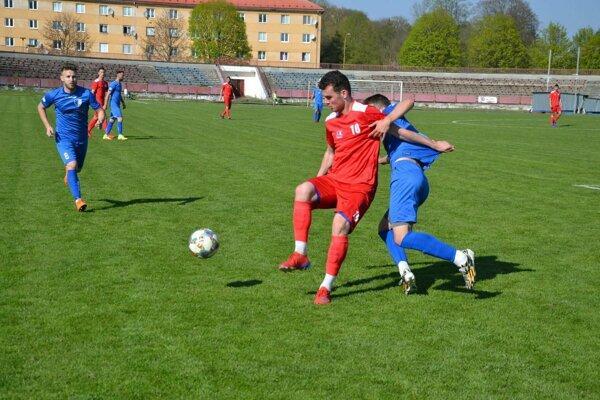 Považská Bystrica (v červenom) hrá doma posledný zápas s N. Zámkami.