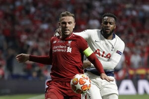 Jordan Henderson (vľavo) a Danny Rose vo finále Ligy majstrov 2018/2019 Liverpool - Tottenham.