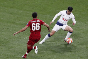 Son Heung-min (vpravo) a Trent Alexander-Arnold vo finále Ligy majstrov 2018/2019 Liverpool - Tottenham.