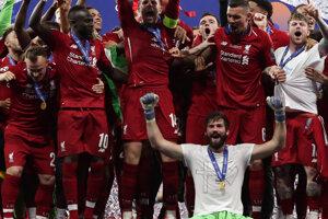 Jordan Henderson z Liverpoolu zdvíha trofej po víťazstve vo finálovom zápase Ligy majstrov 2018/2019 Liverpool - Tottenham.