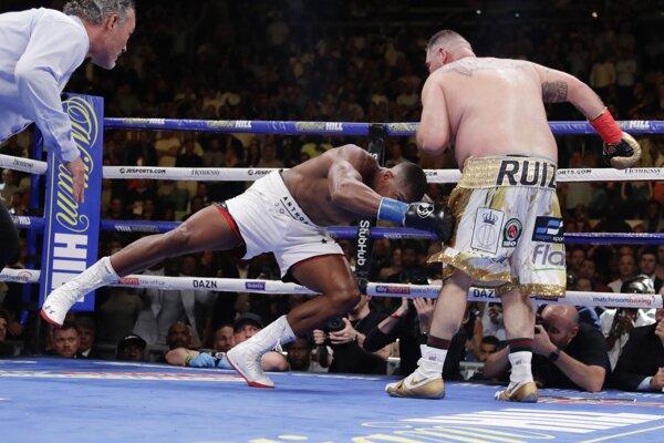 Andy Ruiz (Vpravo) porazil Anthonyho Joushuu.