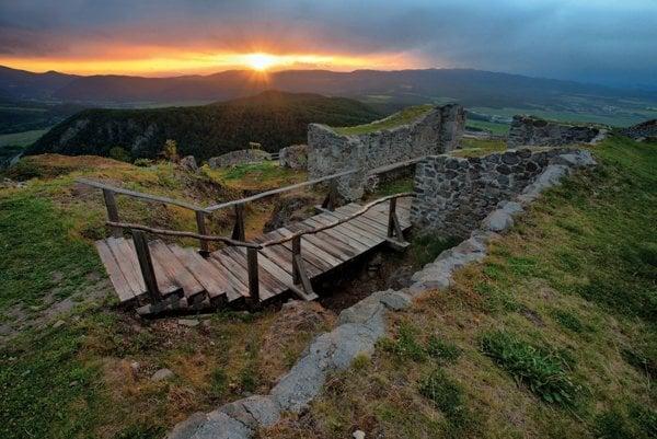 Najstaršou kultúrnou pamiatkou Zvolena je Pustý hrad.